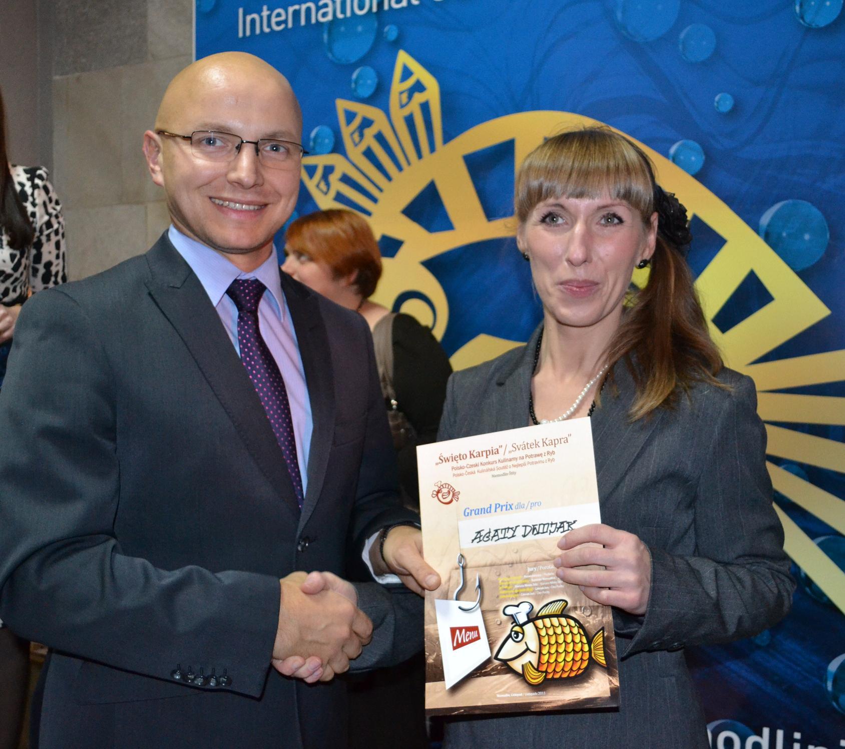 Laureatka Grand Prix Konkursu Kulinarnego - Agata Dwojak z prezesem LGR Opolszczyzna - Jakubem Roszukiem