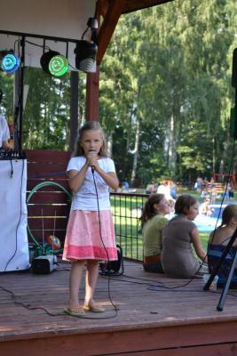 Występ wokalistów Studia Piosenki Ośrodka Kultury podczas otwarcie parku linowego w Lipnie