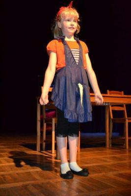 """Galeria Dni Niemodlina 2012: """"Kopciuszek inaczej – współczesna wersja bajki"""" – spektakl dla dzieci i młodzieży w wykonaniu grupy teatralnej"""